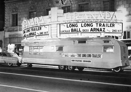 """lanzamiento de una película muy popular """"The Long, Long Tráiler"""" protagonizada por Lucille Ball y Desi Arnaz"""
